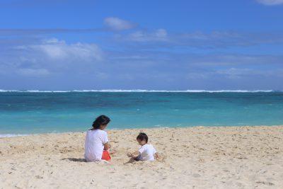ラニカイビーチで海遊び。日本では波を怖がっていたのがここでは自分から行こうとしたり成長がみれるのも楽しみのひとつ。